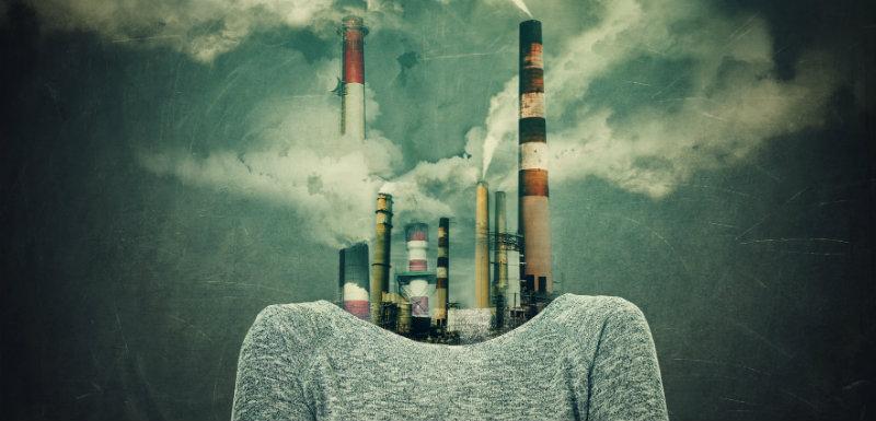 femme surréaliste avec les mains croisées et une usine au lieu de la tête dû à la pollution atmosphérique